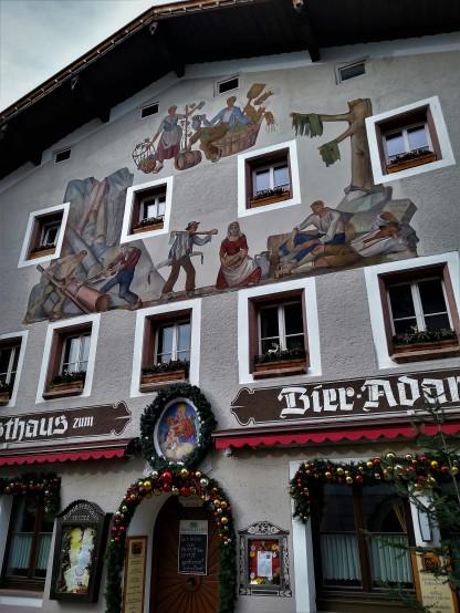 Los frescos de las fachadas son admirables. Así como su estado de conservación